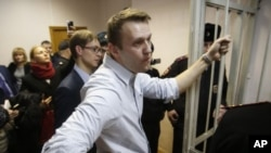 El líder opositor ruso Alexei Navalny fue detenido por la policía poco después de unirse a manifestantes en desafío de su condena de arresto domiciliario.