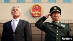 척 헤이글 미국 국방장관(왼쪽)이 8일 중국 베이징에서 창완취완 중국 국방부장이 개최한 공식 환영 행사에 참석했다.