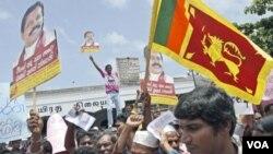 Para pendukung pemerintah Sri Lanka membawa poster-poster yang mengecam tuduhan media asing bahwa militer Sri Lanka melakukan kejahatan kemanusiaan menjelang berakhirnya perang saudara tahun 2009 (3/8).