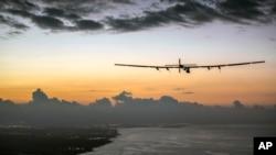 Máy bay năng lượng mặt trời Solar Impulse 2 chuẩn bị đáp xuống Sân bay Kalaeloa gần Honolulu, thứ Sáu, 3/7/2015.