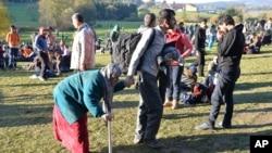 Para pengungsi Suriah tiba di pinggiran kota Kollerschlag, Austria dekat perbatasan Jerman (foto: dok).