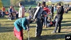 Di dân tại biên giới giữa Áo và Đức gần thị trấn Kollerschlag ở Áo, ngày 28/10/2015.