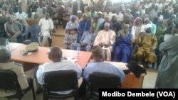 Dialogue entre Dogons et Peuls, Koro, région de Mopti, Mali.