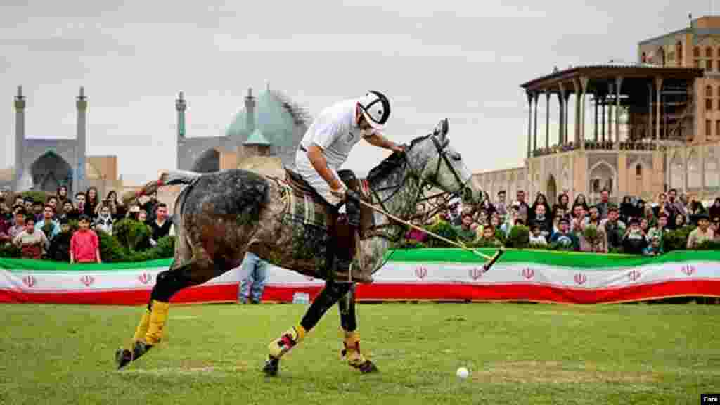 در نوروز امسال، بازی چوگان با اسب در میدان نقش جهان اصفهان برگزار شد. چوگان ورزش ملی ایرانیان از هزاران سال قبل است. عکس: امیر حسینی، فارس
