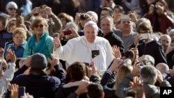 El papa Francisco llega a su audiencia general en el Vaticano, el miércoles, 29 de marzo de 2017.