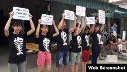 Một số người biểu tình vì cá chết ở Nghệ An hôm 15/5.