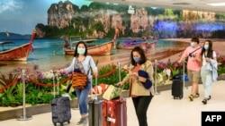 ထိုင္းႏိုင္ငံ Phuket အျပည္ျပည္ဆိုင္ရာ ေလဆိပ္မွာ ေတြ႔ရတဲ့ ခရီးသည္မ်ား။ (ႏိုဝင္ဘာ ၂၂၊ ၂၀၂၀)