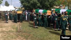 Lokacin da ake shirin binne sojojin da suka mutu a hatsarin jirgin sama (Twitter/Nigerian Army)