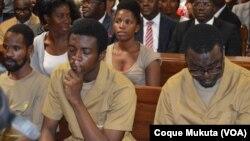 Activistas angolanos em tribunal no julgamento em Luanda.