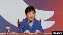 Presiden Korea Selatan Park Geun-hye dalam rapat darurat kabinet di Istana Presiden, Seoul (9/12).