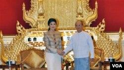 Presiden Birma Thein Sein (kanan) menyambut PM Thailand Yingluck Shinawatra di istana Presiden Birma di Naypyidaw (6/10).
