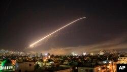 미군의 시리아 내 화학무기 시설 공습 직후 시리아군이 지대공 미사일을 상공에 발사하고 있다.