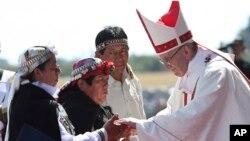 Le pape François accueillant des Mapuche, Temuco, Chili, le 17 janvier 2018.