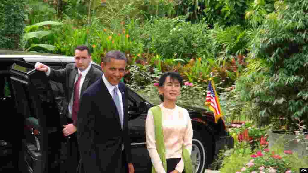 ປະທານາທິບໍດີ ສະຫະລັດ ທ່ານໂອບາມາ ແລະ ຜູ້ນໍາຝ່າຍຄ້ານ ທ່ານນາງ Aung Saan Suu kyi ທີ່ບ້ານພັກຂອງທ່ານນາງ ໃນນະຄອນຢ່າງກຸ້ງ ໃນວັນທີ 19 ພະຈິກ 2012.