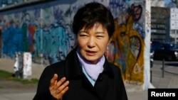 독일을 방문 중인 박근혜 한국 대통령이 27일 베를린의 DMZ 전시관을 찾았다.