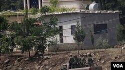 Beberapa tentara Suriah melakukan patroli di desa Arida, di Talkalakh, dekat wilayah perbatasan dengan Libanon (19/5).