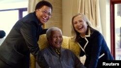 Menlu AS Hillary Clinton (kanan) berpose bersama mantan presiden Afsel, Nelson Mandela yang kini berusia 94 tahun dan istrinya Graca Machel (kiri) di rumah kediamannya di Qunu, Africa Selatan (6/8).