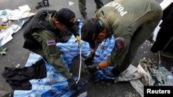 Полицейские исследуют место взрыва в центре Бангкока. 19 января 2014 г.