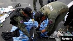 Cảnh sát Thái Lan kiểm tra hiện trường sau vụ nổ gần khu trại của người biểu tình chống chính phủ tại tượng đài Chiến thắng ở trung tâm Bangkok, ngày 19/1/2014.