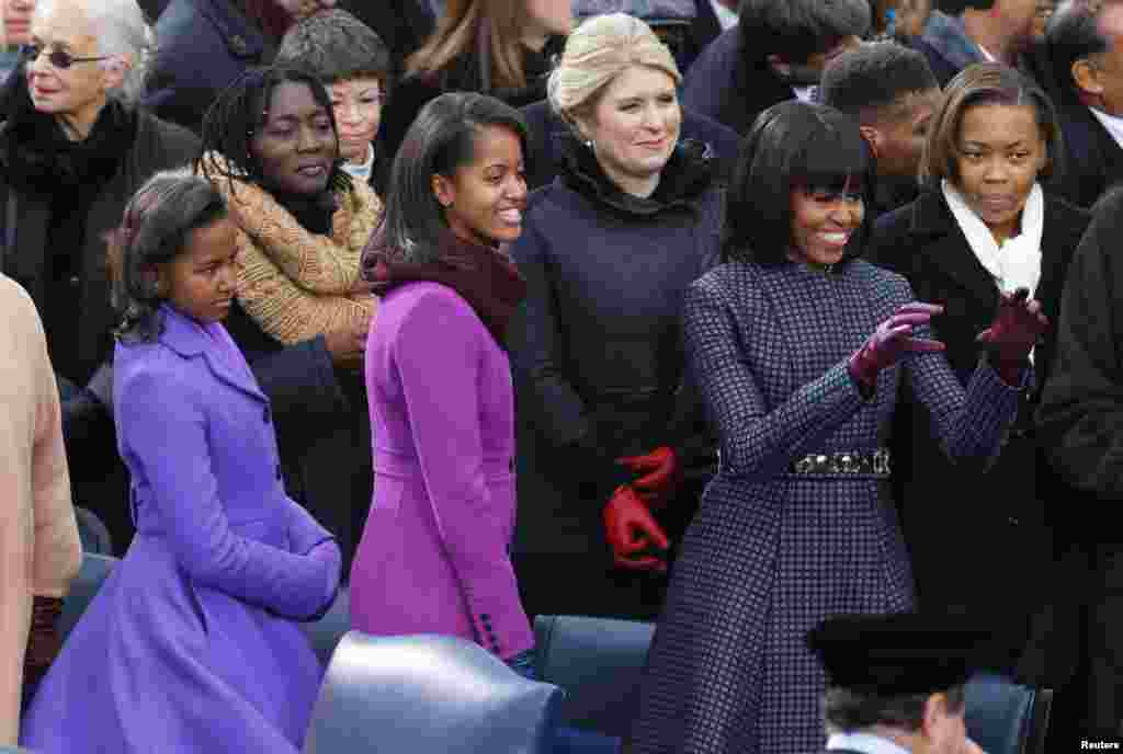 Sasha Obama, (L), Malia Obama and Michelle Obama (R) talk ahead of the swearing-in ceremonies for U.S. President Barack Obama on the West front of the U.S Capitol in Washington, January 21, 2013