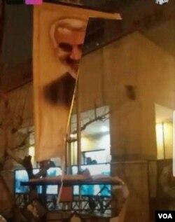 İranda etiraz zamanı Qasım Süleymaninin posteri yırtılıb
