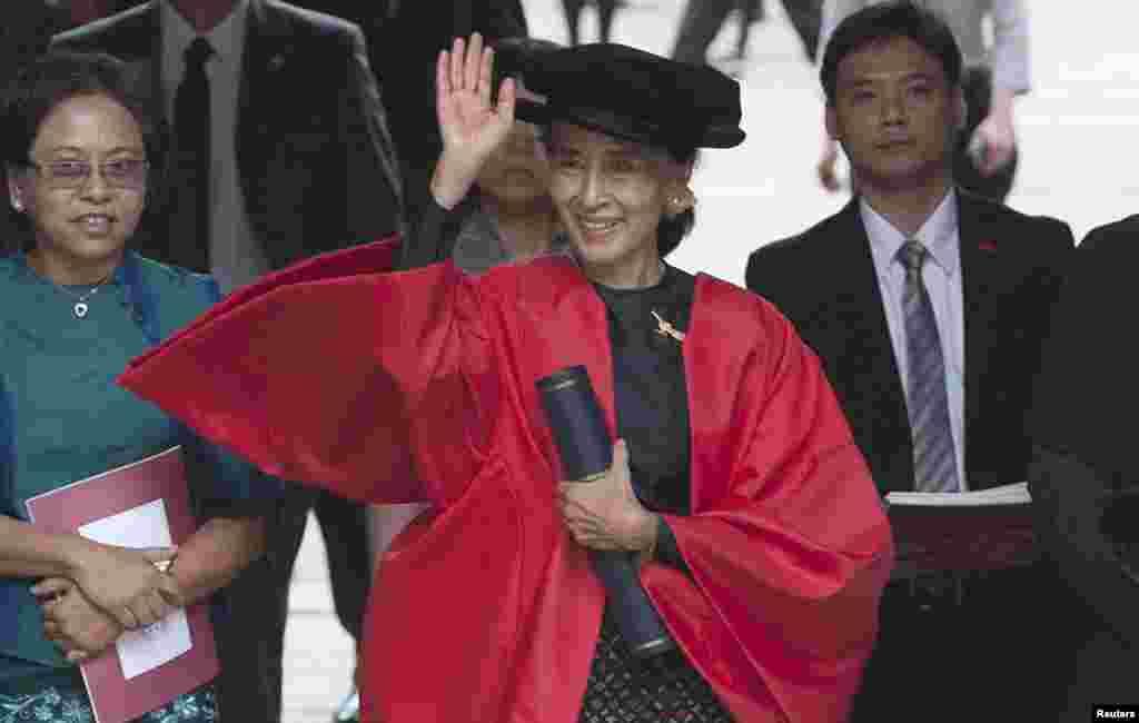 Aung San Suu Kyi setelah menerima gelar kehormatannya dari Universitas Oxford, Inggris, Rabu (20/6).