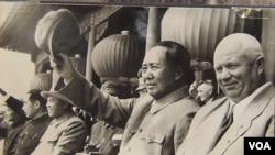 中俄朝三角關係錯綜複雜。 2012年在莫斯科舉辦的前蘇聯領導人赫魯曉夫展覽中,展覽圖片顯示赫魯曉夫1954年秋季訪華時,與毛澤東、金日成以及其他中國領導人在一起。(美國之音白樺攝)