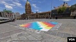 Una whipala fue dibujada en la Plaza San Francisco, en donde habían escrito llamados a la paz y unidad.