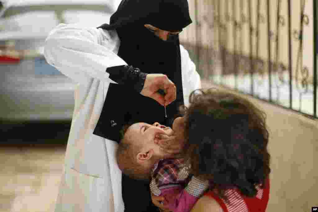예멘 사나에서 소아마비 예방 캠페인이 열린 가운데, 의료진이 각 가정을 방문해서 소아마비 예방접종을 실시했다.