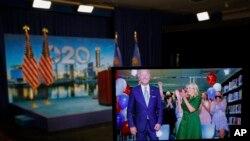 Ứng viên Tổng thống của đảng Dân chủ, cựu Phó Tổng thống Joe Biden cùng với phu nhân và các cháu tại Delaware, tươi cuời sau khi được dề cử là ứng viên Tổng thống của Đảng Dâu chủ trong cuộc bầu cử Tổng thống ngày 3/11/2020.
