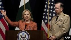 Državna sekretarka Hilari Klinton govori na konferenciji za novinare u američkoj ambasadi u Islamabadu, sa načelnikom Generalštaba američke vojske Majkom Malenom