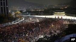 지난 26일 한국 서울 광화문 광장에서 박근혜 대통령의 하야를 촉구하는 대규모 시위가 열렸다. 주취 측은 190만 명이 모인 것으로 추산했다.
