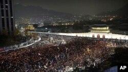 2016年11月19日,韩国首尔举行大规模抗议活动,抗议者要求总统朴槿惠下台。