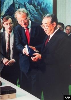 1992년 4월 평양을 방문한 빌리 그레이엄 목사가 김일성 주석에게 자신의 저서와 성경을 선물했다.