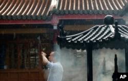 一名男子在台北行天宫烧香