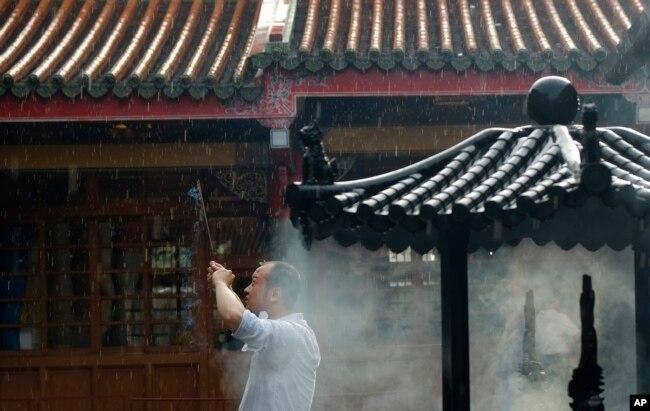 一名男子在台北行天宮燒香