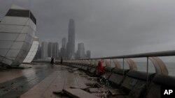 طوفان کے باعث ہانگ کانگ کا مشہور ساحلی علاقہ ویران پڑا ہے۔