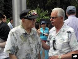 老兵阿迪亚戈(右)与老兵加里共叙难忘经历