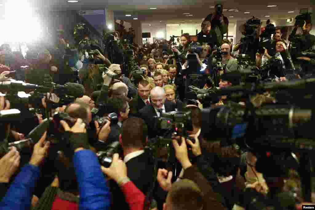 Freed Russian former oil tycoon Mikhail Khodorkovsky (C) arrives for his news conference in the Museum Haus am Checkpoint Charlie in Berlin, Germany. Khodorkovsky, pardoned by Russian President Vladimir Putin after 10 years in jail, said in remarks that he would not go into politics or seek to regain assets of his former oil company, Yukos.