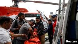 Một thi thể nạn nhân được đưa khỏi hiện trường hôm 14/4.