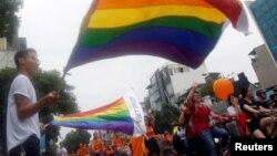 Phiên bản 'Pride Parade' Việt Nam có tên 'Viet Pride' đã lan tỏa khắp các thành phố lớn trên cả nước kể từ năm 2012. Năm 2016, Viet Pride được hàng ngàn người tham gia ở 36 tỉnh, thành.
