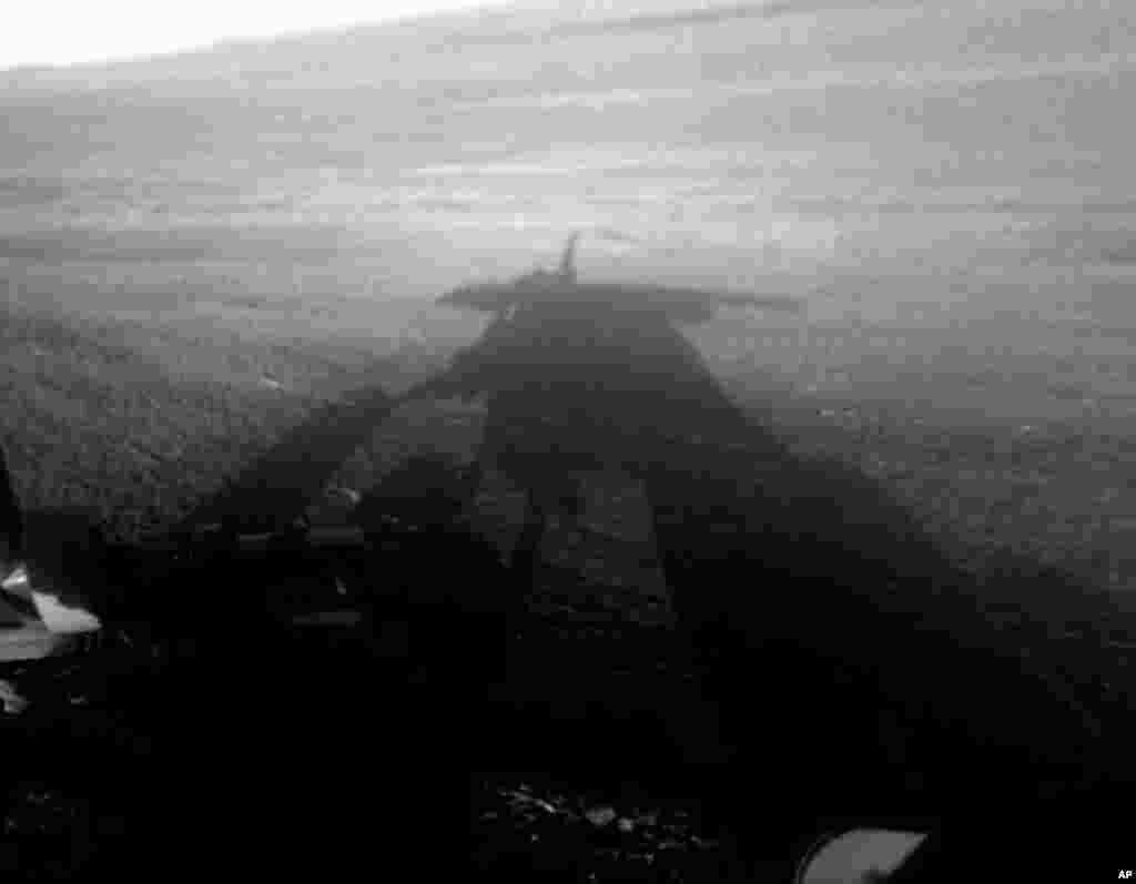 سایه مریخ نورد «آپورتونيتی» بر روی سطح مریخ. اين فضاپیمای خورشیدی به کاوش در دهانه های بزرگ در نیمکره جنوبی مریخ مشغول است. (عکس از اسوشیتدپرس / ناسا)