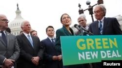 """民主黨眾議員亞歷山大·奧凱西奧-科爾特斯與參議員埃德·馬基舉行記者會講述""""綠色新政""""問題。"""