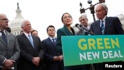 ARSIP - Anggota DPR AS, Alexandria Ocasio-Cortez (D-NY) dan Senator Ed Markey (D-MA) menyelenggarakan konferensi pers di Gedung Capitol terkait usulan Green New Deal untuk mencapai tingkat nol emisi gas rumah kaca dalam waktu 10 tahun, Washington, D.C., 7 Februari 2019 (foto: Reu