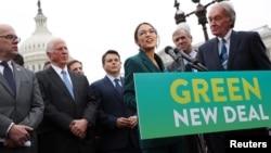 """Predstavnica Aleksandrija Okasio-Kortez (demokratkinja iz Njujorka) i senator Ed Marki (demokrata iz Masačusesa) drže konferenciju za štampu povodom njihovog predloženog """"Zelenog novog sporazuma"""" na američkom Kapitolu u Vašingtonu, 7. februara 2019."""