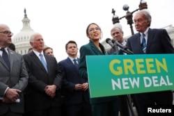 Demokrat Partili Kongre üyesi Alexandria Ocasio-Cortez ve Senatör Ed Markey Yeni Yeşil Anlaşma'yla ilgili basın toplantısı düzenlerken (7 Şubat 2019)