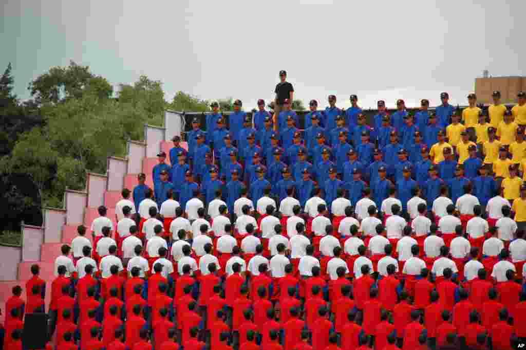 """军校学生利用服装颜色和转身来组成文字,例如""""总统好""""和""""ROC"""""""