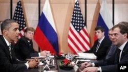 ປະທານາທິບໍດີໂອບາມາ ພົບປະກັບປະທານາທິບໍດີ Medvedev ແຫ່ງຣັດເຊຍ ນອກກອງປະຊຸມສຸດຍອດ APEC ທີ່ເມືອງໂຢໂກ ຮາມາ, ຍີ່ປຸ່ນ, ວັນທີ 14 ພະຈິກ 2010.