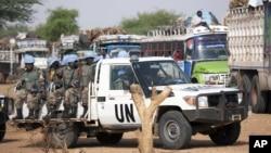 수단 다르푸르 지역의 유엔군 차량과 장병들. (자료사진)