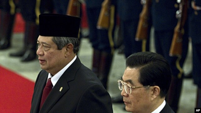 Chinese President Hu Jintao, right, and Indonesian President Susilo Bambang Yudhoyono, left, walk together during a welcome ceremony at the Great Hall of the People in Beijing, China, March 23, 2012.